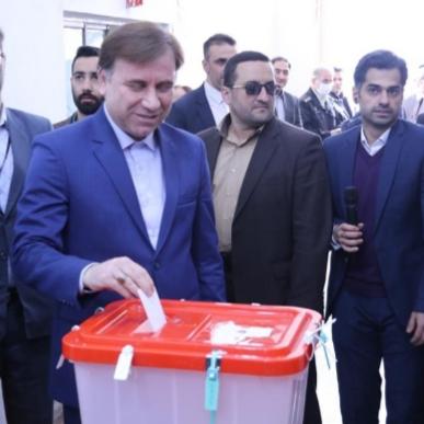 در نخستین دقایق شروع فرآیند انتخابات؛ استاندار گیلان رای خود را به صندوق انداخت