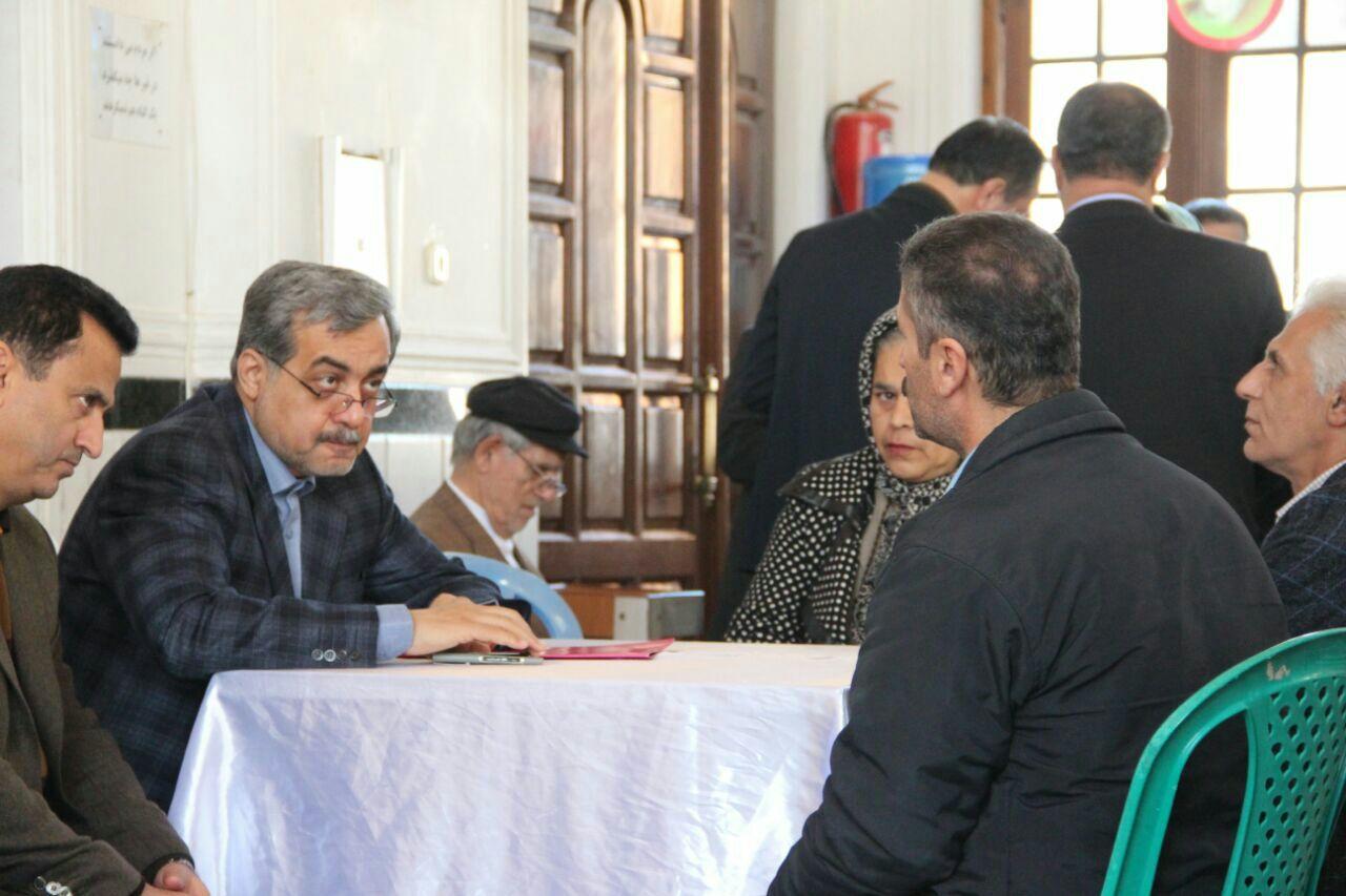 دیدار چهره به چهره فرماندار لاهیجان با مردم در چله انقلاب