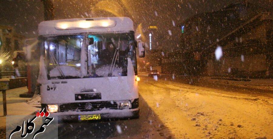 گزارش تصویری/آماده باش و حرکت ناوگان اتوبوسهای سازمان حمل و نقل بارو مسافر شهرداری رشت در برف
